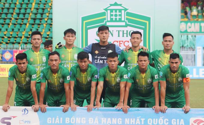 Thủ môn Thanh Vũ ra sân trong màu áo Cần Thơ ở trận hoà 1-1 với Công an nhân dân.