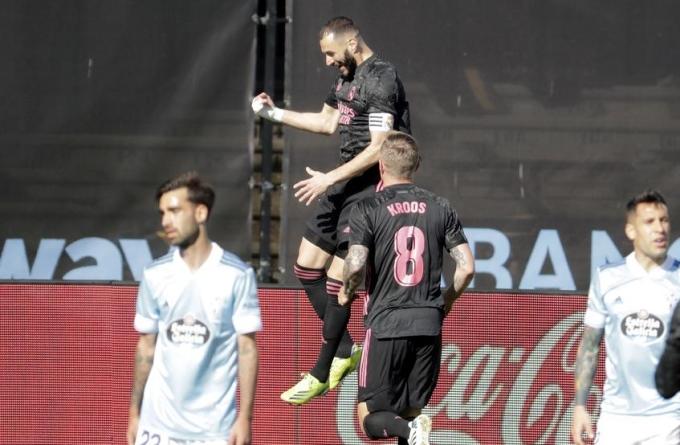 Benzema tỏa sáng trong ngày đeo băng đội trưởng thay Ramos. Ảnh: AP.