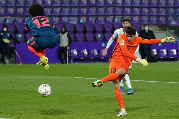 Bounou ghi bàn ở phút bù giờ thứ tư trên sân Valladolid hôm 19/8. Ảnh: AFP