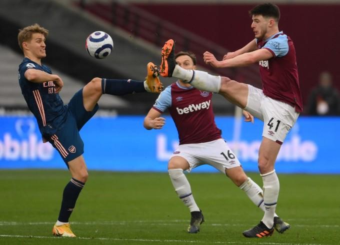 Odegaard trong một pha tranh chấp ở trận Arsenal hoà chủ nhà West Ham 3-3 hôm 21/3. Ảnh: AFP