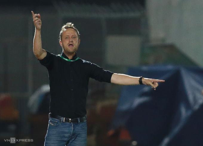 HLV Polking chỉ đạo cầu thủ khi TP HCM thua Hà Nội 0-3 ngya trên sân Thống Nhất ngày 23/3. Ảnh:Lâm Thoả