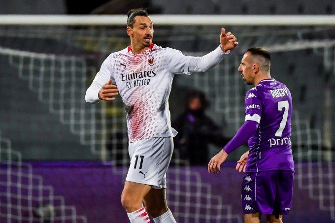 Ibrahimovic đôi co với Franck Ribery trong trận đấu tại Franchi hôm 21/3. Ảnh: AFP
