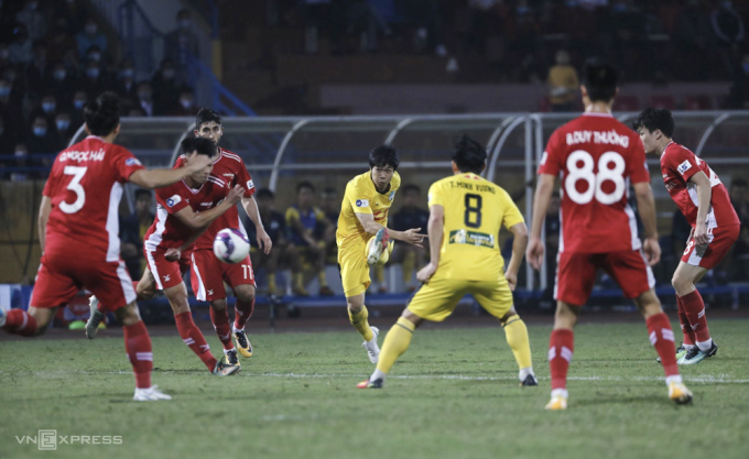 Công Phượng cứa lòng đưa bóng xuyên qua hàng loạt cầu thủ Viettel trước khi đi vào lưới.