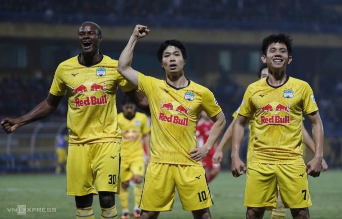 Công Phượng ăn mừng bàn thắng đầu tiên tại V-League 2021.