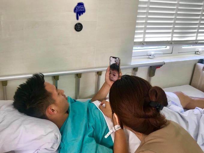 Hàng ngày Hùng Dũng đều gọi điện nói chuyện với con trai Ti Ti đang ở Hà Nội. Ảnh: NVCC.