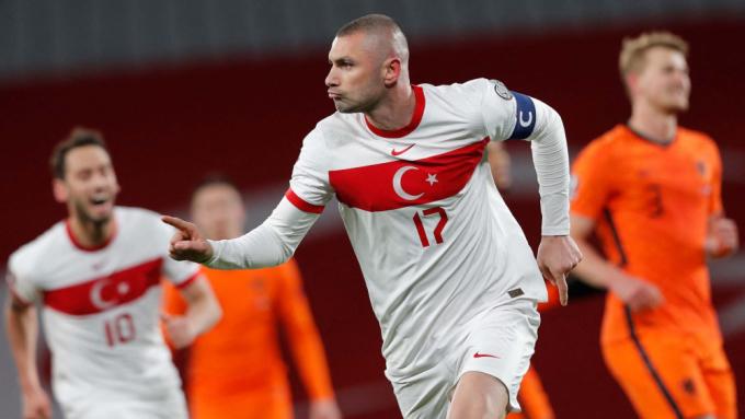 Ngôi sao sắp hết thời Yilmaz bất ngờ tỏa sáng với hat-trick. Ảnh: Pool.