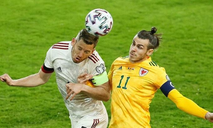 Gareth Bale đối đầu đồng đội tại Tottenham - Jan Vertonghen. Ảnh: Soccrates Images.