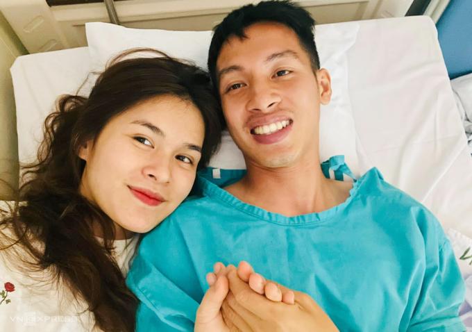 Mộc Triệu Trinh ở bên chăm sóc Đỗ Hùng Dũng tại bệnh viện. Ảnh: FBNV