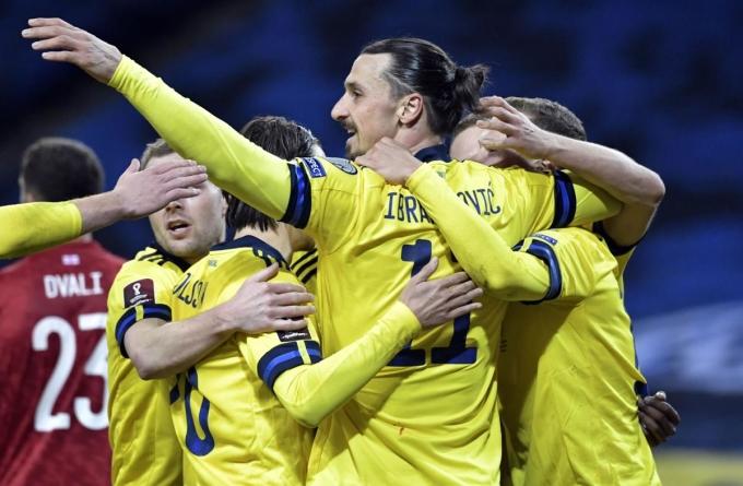 Ibrahimovic giúp Thụy Điển khởi đầu thuận lợi ở vòng loại World Cup. Ảnh: AP.