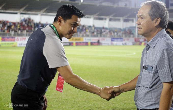 Bầu Đức xuống sân chúc mừng thầy trò Kiatisuk sau trận thắng CLB TP HCM 3-0. Ảnh: Đức Đồng.