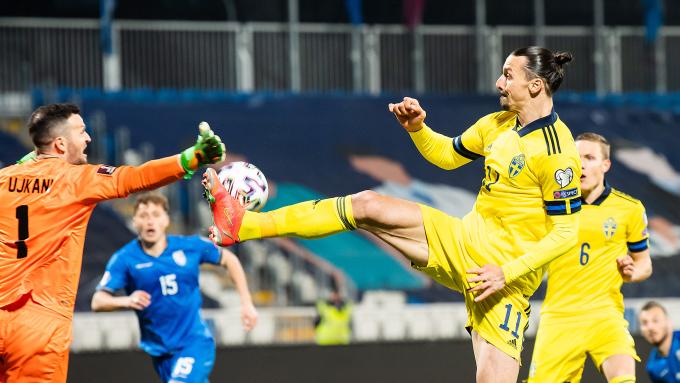 Ibrahimovic tung chân gạt bóng cho đồng đội ghi bàn. Ngoài pha kiến tạo này, trong 66 phút hiện diện trên sân, tiền đạo số 11 thắng cả 11 pha không chiến, tung ra ba đường chuyền quan trọng và tạo ram ột cơ hội ăn bàn. Ảnh: Svensk Fotboll