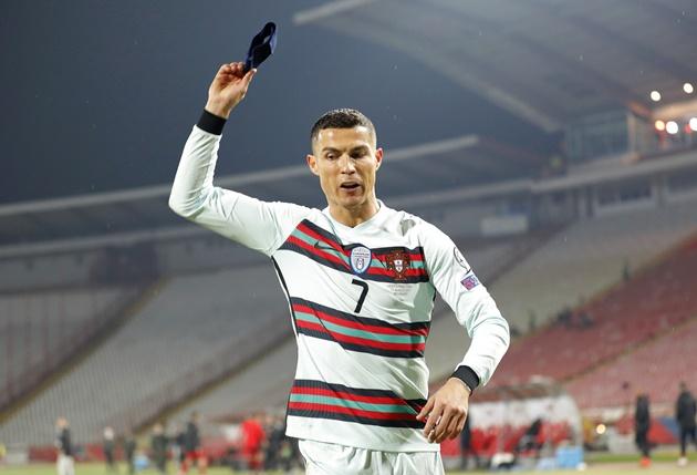 Ronaldo ném băng đội trưởng sau khi bị từ chối bàn thắng. Ảnh: AP.