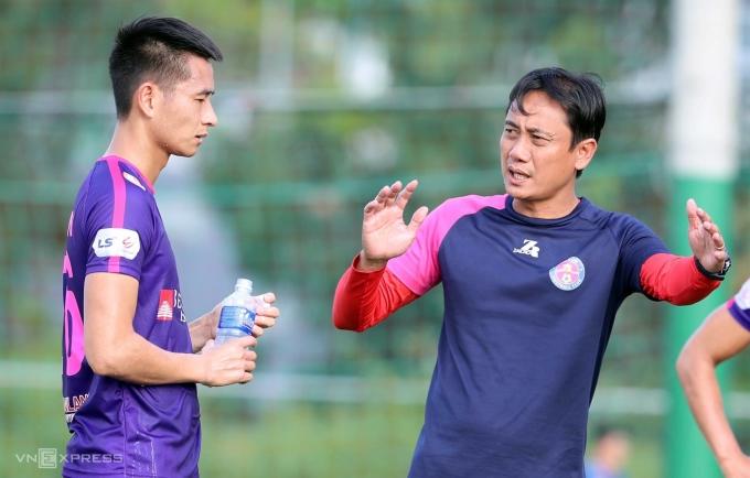 Ông phùng Thanh Phương (phải) chỉ đạo cầu thủ Sài Gòn FC trong một buổi tập gần đây. Ảnh: Đông Huyền