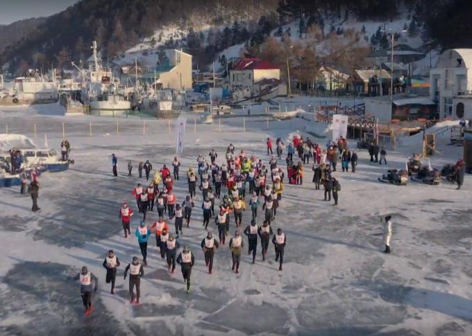 70 vận động viên Baikal Ice Marathon xuất phát trên mặt hồ bóng băng. Ảnh: CBC.