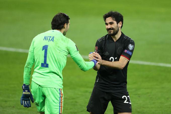 Thủ môn Nita giúp Romania chỉ thua với tỷ số tối thiểu.