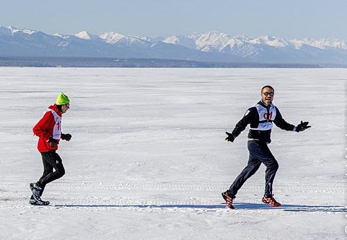 Hai vận động viên Baikal Ice Marathon.