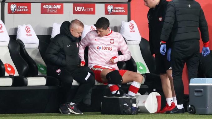 Lewandowski phải bó đầu gối khi rời sân giữa chừng ở trận thắng Andorra. Ảnh: imago