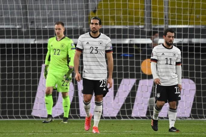 Emre Can (giữa), Younes và Ter Stegen buồn bã sau bàn thua thứ hai của Đức. Ảnh: AFP