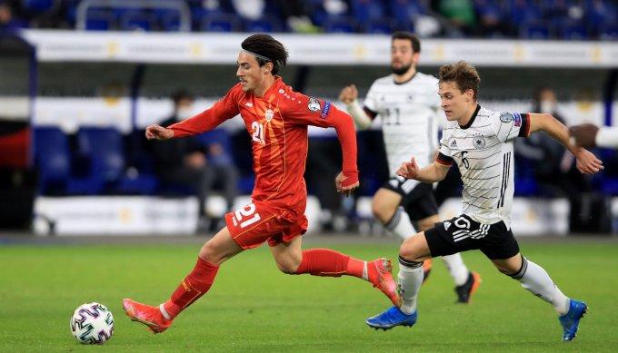 Elmas của Bắc Macedonia đi bóng qua Kimmich trong hiệp hai trận đấu tại Duisburg hôm 31/3. Ảnh: AFP