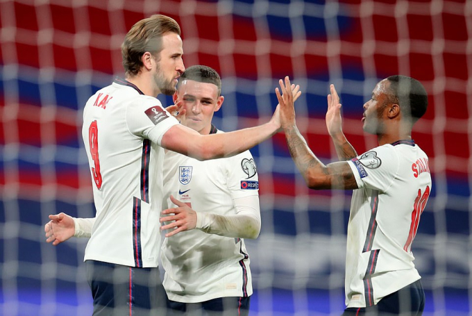 Kane (trái) phá kỷ lục phạt đền của Lampard.
