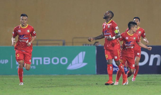 Hoàng Vũ Samson ăn mừng khi ghi bàn vào lưới đội bóng cũ Hà Nội, trong trận Thanh Hoá thua 2-3 tại Hàng Đẫy.