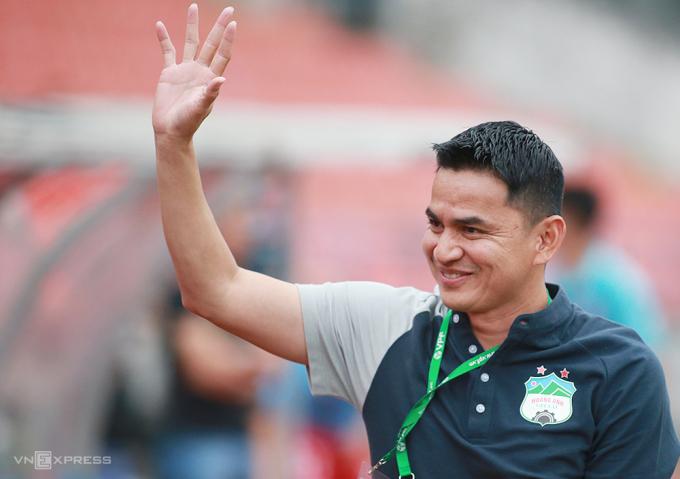 HLV Kiatisuk giúp HAGL bay cao với 16 điểm sau 7 trận, đứng đầu V-League 2021. Ảnh: Lâm Thoả