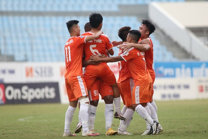 Các cầu thủ Đà Nẵng ăn mừng bàn thắng trong trận đấu Hà Nội trên sân Hoà Xuân ở vòng 7 V-League 2021. Ảnh: Tịnh Đế.