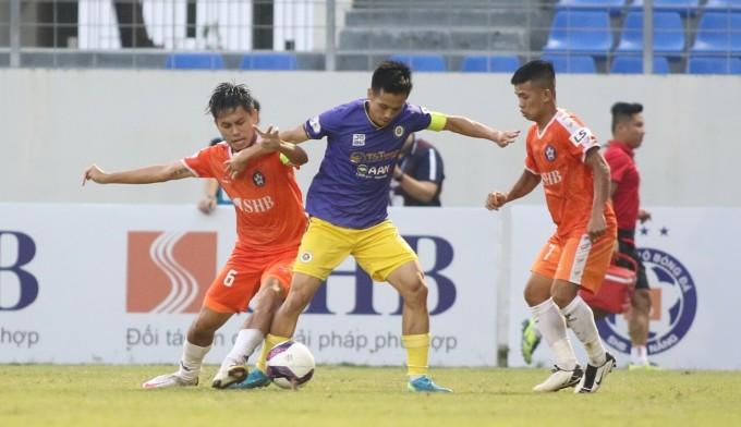 Thủ quân Văn Quyết bị các cầu thủ Đà Nẵng quây bắt trong trận đấu ở vòng 7 V-League 2021 trên sân Hoà Xuân. Ảnh: Tịnh Đế.