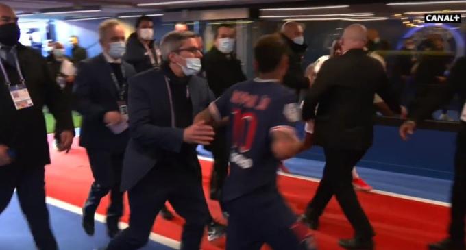 Neymar đuổi theo đòi đánh Djalo.