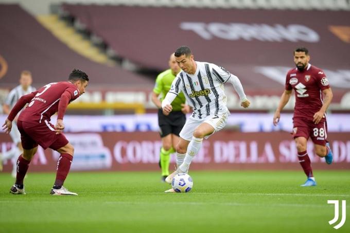 Ronaldo (giữa) dẫn đầu danh sách lập công tại Serie A với 24 bàn. Ảnh: Juventus.