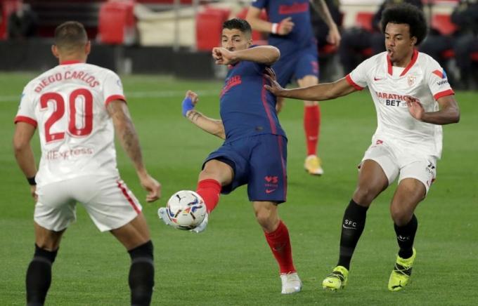Suarez bị vô hiệu hoá trong sự kèm cặp của hai trung vệ Sevilla - Diego Carlos và Kounde. Ảnh: EFE