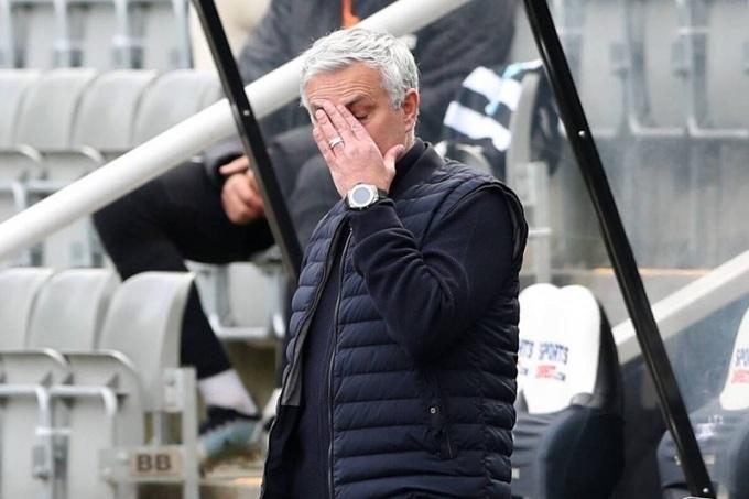 Mourinho thất vọng vì Tottenham đánh rơi hai điểm khi trận đấu chỉ còn vài phút. Ảnh: EPA.