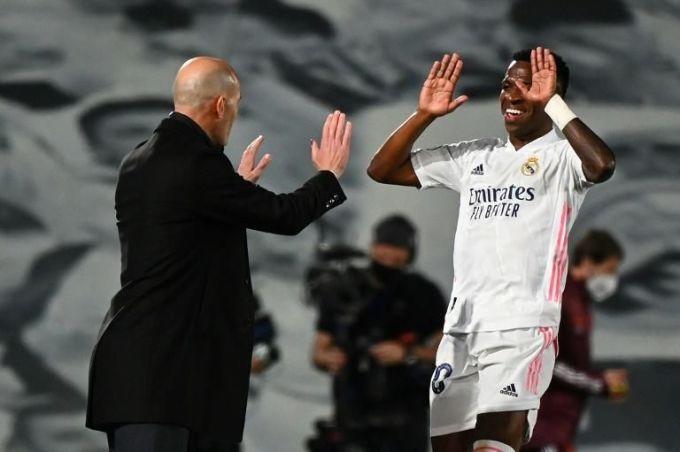 Zidane chia vui với Vinicius sau khi cầu thủ Brazil nâng tỷ số lên 3-1 ở phút 65. Ảnh: Marca.
