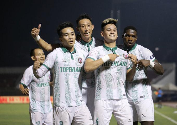 Hồ Tấn Hài mừng bàn thắng cho Bình Định trong trận thắng gã nhà giàu TP HCM ở vòng 7 V-League 2021. Ảnh: VPF.
