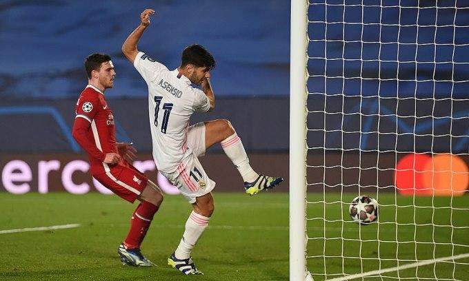 Asensio sút vào lưới trống sau khi tâng bóng điệu nghệ vượt qua Alisson. Ảnh: UEFA