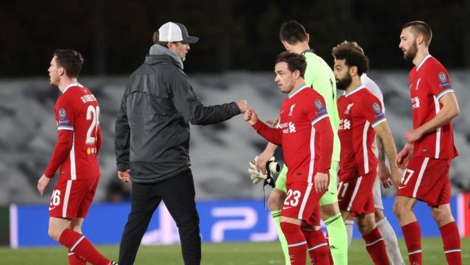 Klopp động viên các học trò sau thảm bại 1-3 trên sân Di Stefano của Real Madrid hôm 6/4. Ảnh: EFE