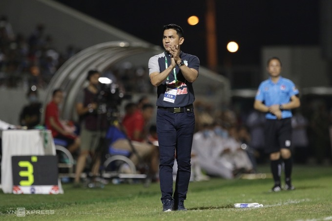 HLV Kiatisuk ngợi khen các cầu thủ HAGL, trong trận đấu trên sân của Đà Nẵng chiều 8/4. Ảnh: Đức Đồng.
