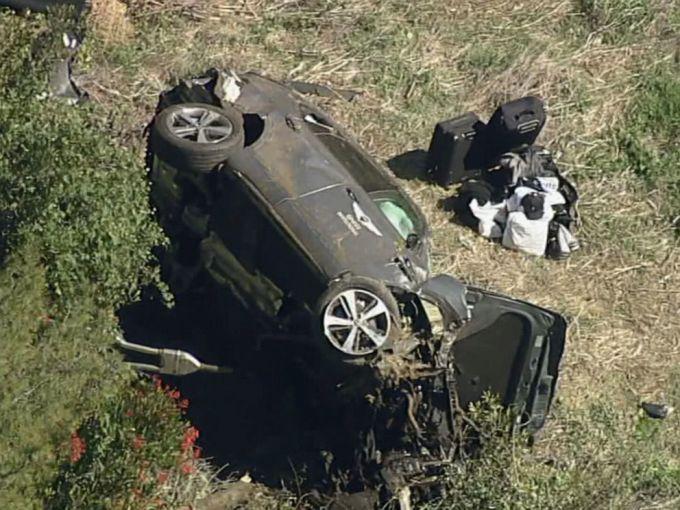 Chiếc xe của Woods hư hỏng nặng nằm lật nghiên một bên ở hiện trường vụ tai nạn gần Los Angeles hôm 23/2. Ảnh: AP