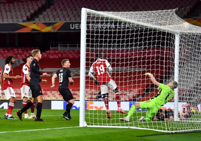 Arsenal để Holes (áo đen, phải) làm thủng lưới ở phút 90+3 trên sân Emirates, London Anh hôm 8/4. Ảnh: Reuters