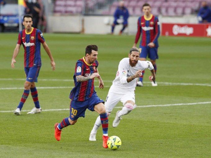 Messi vượt qua Ramos trong trận El Clasico ở lượt đi La Liga mùa này. Nhưng trong trận cầu tại Camp Nou ngày 24/10/2020 đó, Barca thua 1-3 trước Real. Ảnh: EFE