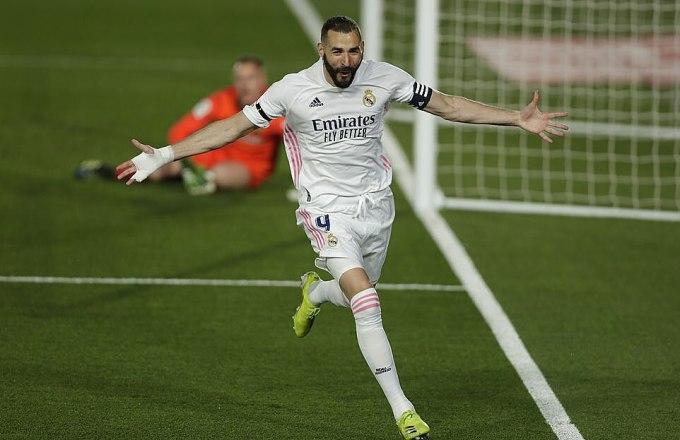 Benzema mừng bàn ở tỷ số sớm vào lưới Barca. Ảnh: AP.