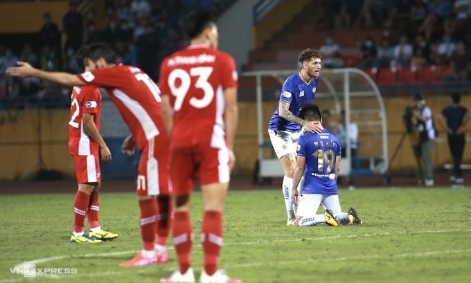 Quang Hải thất vọng sau trận thua Viettel 0-1 ngày 7/4. Ảnh: Lâm Thoả