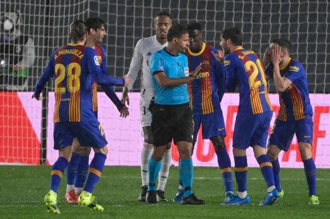 Gil Manzano khiến nhiều cầu thủ Barca bức xúc trong trận El Clasico mà họ thua Real 1-2 trên sân Di Stefano hôm 10/4. Ảnh: AFP