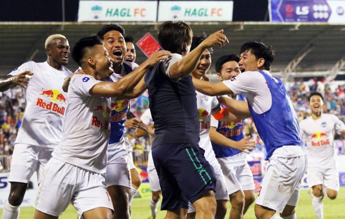 Các cầu thủ và Ban huấn luyện HAGL ôm nhau ăn mừng sau bàn thắng ấn định chiến thắng 4-3 của Công Phượng. Ảnh: Đông Huyền.