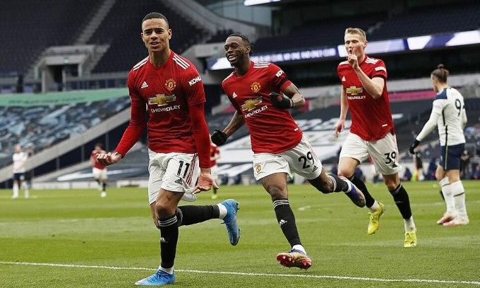 Greenwood (trái) mừng bàn ấn định tỷ số 3-1 cho Man Utd. Ảnh: Reuters