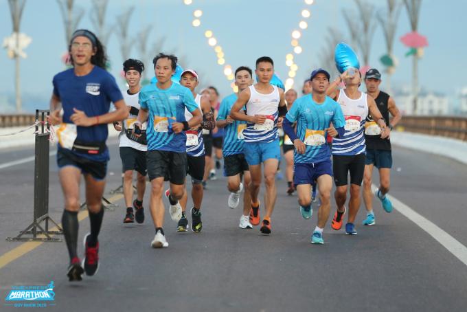 Runner chạy qua cầu Thị Nại tại VM Quy Nhơn 2020. Ảnh: VnExpress Marathon