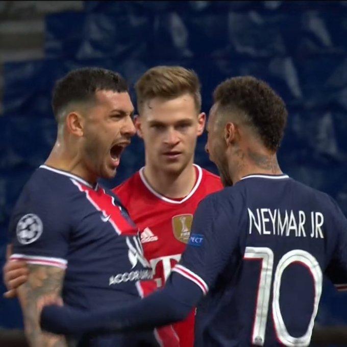 Kimmich được cho là khó chịu ra mặt khi chứng kiến hai đồng nghiệp phấn khích mừng chiến thắng của PSG.
