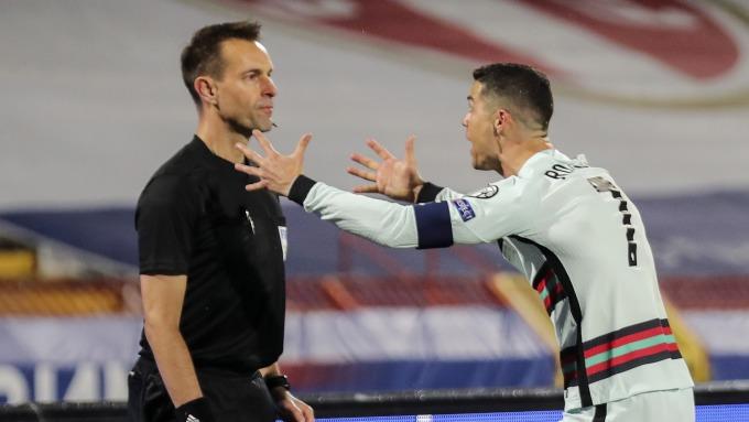 Ronaldo bức xúc với Diks sau khi bị từ chối bàn thắng ở cuối trận Serbia - Bồ Đào Nha hôm 27/3. Ảnh: ANP