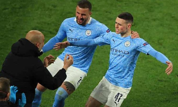 Foden chia vui với Guardiola sau khi ghi bàn nâng tỷ số lên 2-1 cho Man City. Ảnh: Reuters.