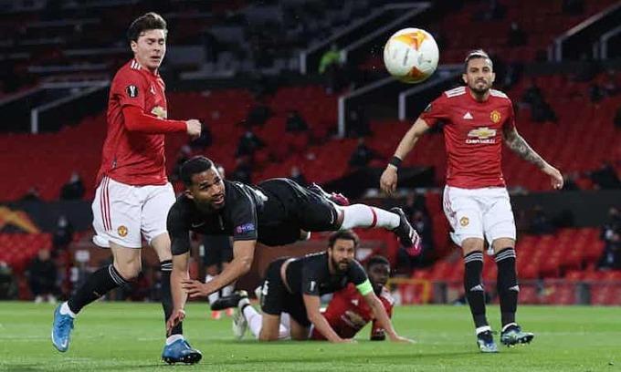 Granada không thể tận dụng những sai sót ở hàng thủ Man Utd. Ảnh: Reuters.